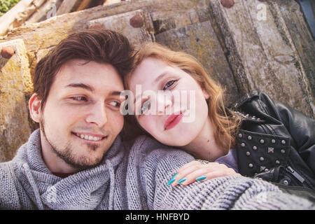Jeune couple ayant du plaisir et de bons moments ensemble Banque D'Images