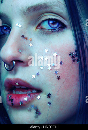 Portrait artistique d'une femme avec son visage couvrant avec beaucoup d'étoiles d'argent Banque D'Images