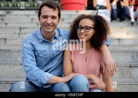Romantic couple interracial adopté dans la ville Banque D'Images