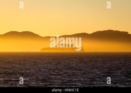 Belle vue sur l'île d'Alcatraz célèbre majestueux golden illuminée en lumière du soir au coucher du soleil en été, Banque D'Images