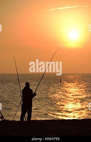 Ingelmunster, East Sussex. 13 février 2017. Pêcheur en profitant de l'ensoleillement en soirée sur la plage de Seaford, Banque D'Images