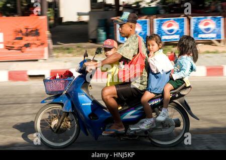 Père thaïlandais avec ses trois enfants sur un scooter vélo en Thaïlande Banque D'Images