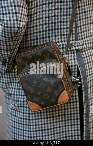 08d978bddb42 Femme avec petit sac Louis Vuitton avant de Salvatore Ferragamo fashion show,  Milan Fashion Week