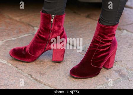 e4b52915bad0 Femme avec des low boots en velours rouge avant de Salvatore Ferragamo fashion  show, Milan