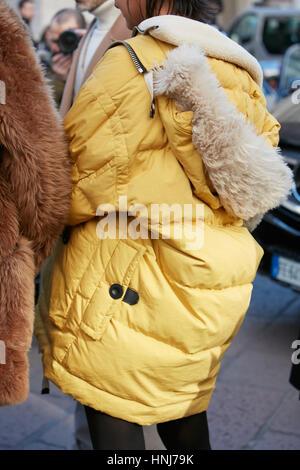 98e7cd000c2c ... Femme au manteau d hiver jaune avant de Salvatore Ferragamo fashion show,  Milan Fashion