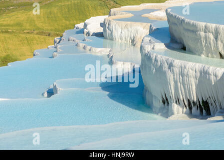 Le cadre enchanteur de piscines Pamukkale en Turquie. Les sources chaudes de Pamukkale contient des terrasses Travertins, Banque D'Images