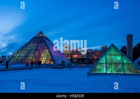 Edmonton skyline et allumé Muttart Conservatory pyramids, un jardin botanique à Edmonton, Alberta, Canada Banque D'Images