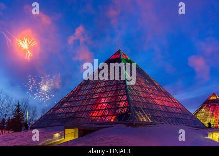 Allumé Muttart Conservatory pyramids, un jardin botanique à Edmonton, Alberta, Canada Banque D'Images