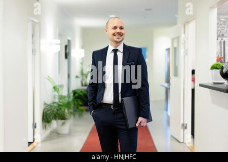Swedish caucasian man en costume et cravate. L'origine ethnique européenne scandinave. Les bureaux de l'intérieur. Banque D'Images