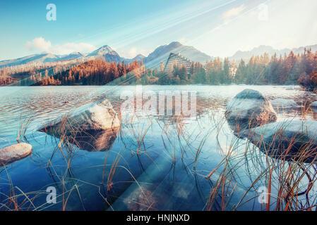 Majestic Mountain Lake dans le Parc National des Tatras. Strbske ples Banque D'Images
