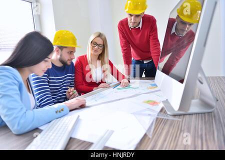 Jeune équipe ont une réunion dans le bureau d'Architectes Banque D'Images