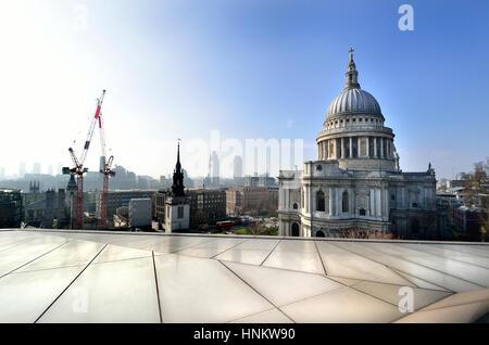 Londres, Angleterre, Royaume-Uni. La Cathédrale de St Paul, vu d'un nouveau centre commercial changement toit-terrasse Banque D'Images