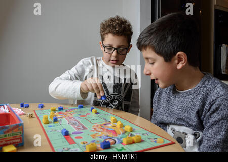 Garçons, 9-10 ans, jouer au jeu de société de monopole