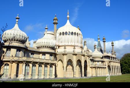 Brighton, Royaume-Uni - Octobre 01, 2014: le soleil d'été sur les tours de l'inspiration orientale historique Royal Banque D'Images