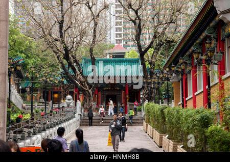 De monde cour du Temple Wong Tai Sin à Hong Kong. Banque D'Images