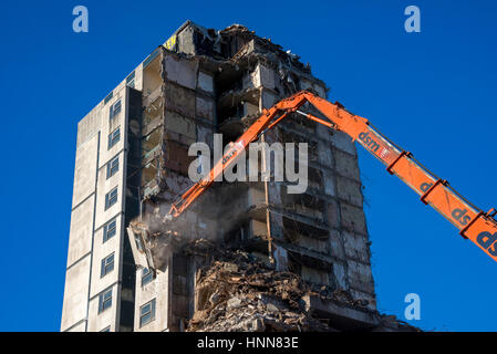 Démolition en cours de Grosvenor Hotel Sheffield avec pelle portée élevée Banque D'Images