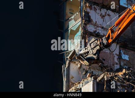 Pelle de démolition avec élevée portée au travail Banque D'Images
