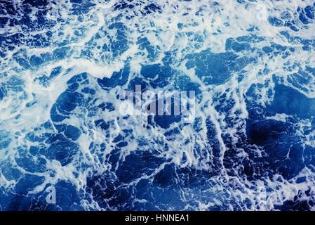 Fond bleu des vagues de la mer. Banque D'Images