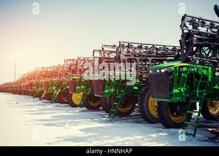 Plusieurs tracteurs alignés dans le secteur agricole