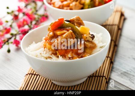 Riz avec légumes aigre-doux et morceaux de soja Banque D'Images