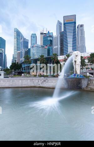 Singapour - 17 juillet: fontaine Merlion le matin, le 17 juillet 2013. Banque D'Images