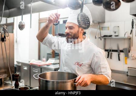 Chef cuisine cuisine avec grande cuisine au restaurant scoop Banque D'Images