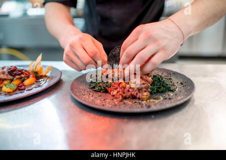 Plat délicieux restaurant de finition avec de la viande sur la cuisine du restaurant Banque D'Images