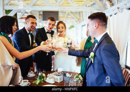 Jour du mariage par correspondance avec des amis dans un café Banque D'Images