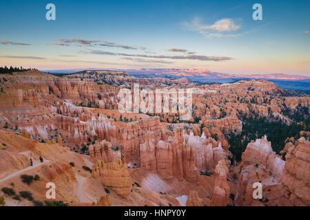 La vue Classique du Parc National de Bryce Canyon dans la belle lumière du soir d'or au coucher du soleil avec ciel Banque D'Images