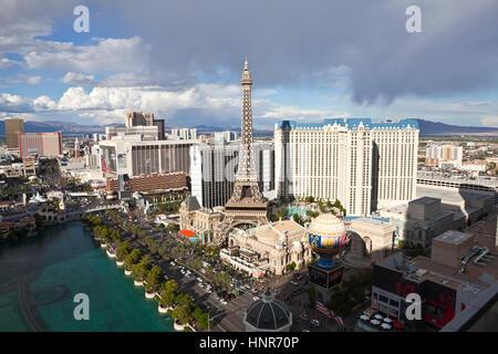 Las Vegas, Nevada, USA - 6 octobre 2011: la nuit les lumières à la fausse Tour Eiffel à Paris le resort sur le Strip de Las Vegas dans le sud du Nevada.