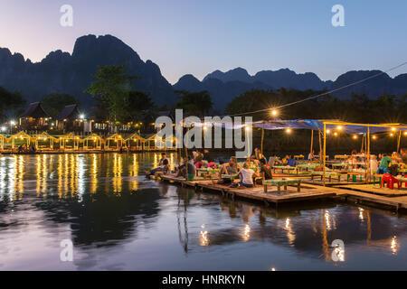 Vang Vieng, Laos, le 19 janvier 2017:: Restaurant sur le bord de la rivière pendant le coucher du soleil à Vang Vieng, Laos