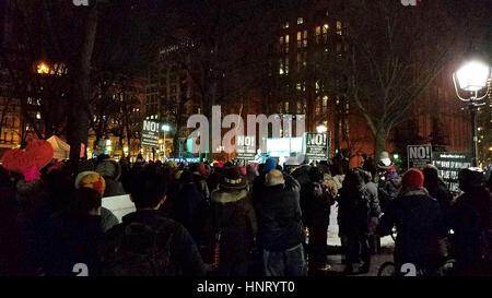 """New York City, USA. 14 Février, 2017. """"L'ouverture d'un appel d'amour révolutionnaire"""" à Washington Square Park. Une manifestation en soutien de la """"campagne"""" un milliard de personnes debout contre les exécutions et des discours. Credit: Ward Pettibone/Alamy Live News Banque D'Images"""