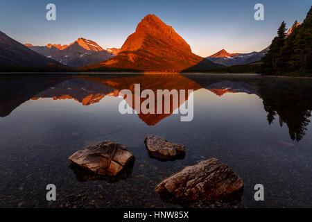 Vue panoramique, lac Swiftcurrent, Glacier National Park, Montana, USA Banque D'Images