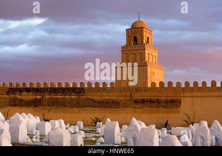 Tunez: Kairouan.cimetière, remparts de la médina et minaret de la grande mosquée mosquée. Fondée par sidi uqba Banque D'Images