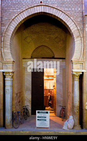 Tunez: Kairouan.porte de la grande mosquée mosquée. Fondée par sidi uqba au Vième siècle est le plus ancien lieu Banque D'Images