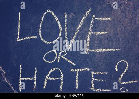 L'amour ou la haine dessin à la craie, harmonisation des couleurs appliquées, image conceptuelle. Banque D'Images