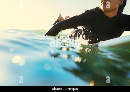 Jeune femme surfer surf kayak en mer, Newport Beach, California, USA Banque D'Images