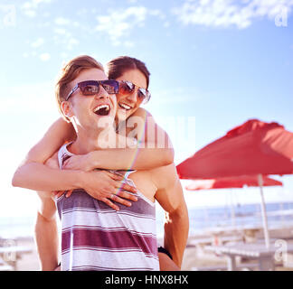 Man giving woman piggyback Banque D'Images