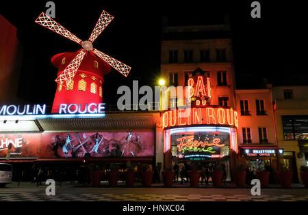 Moulin Rouge, le français de Red Mill, est un cabaret club dans la région de Pigalle, Paris, France Banque D'Images