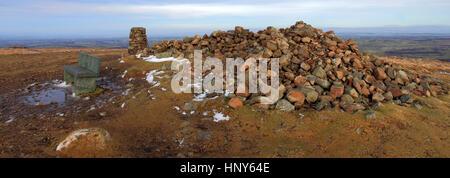 Enquête sur ordonnance trig point et cairn du sommet sur le brochet est tombé de haut, l'un des 214 wainwright fells, caldbeck fells, parc national de lake District, Cumbria