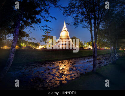Stupa doré Temple bouddhiste en parc historique de Sukhothai, Thaïlande Banque D'Images