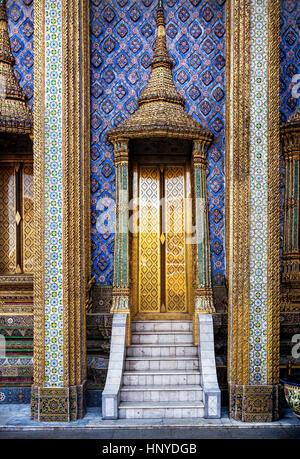 Les portes d'or du célèbre temple Wat Phra Kaew près de palais royal de Bangkok, Thaïlande Banque D'Images