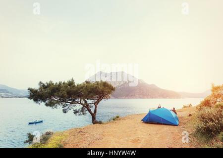 Sable bleu tente sur la plage sauvage au coucher du soleil la lumière. La Turquie Banque D'Images