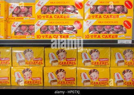 Tunnocks teacakes et gaufrettes au caramel en vente à l'aéroport de Glasgow, Écosse, Royaume-Uni Banque D'Images