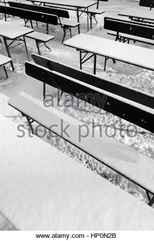 Tables Chaises bancs désertés beergarden snow Banque D'Images
