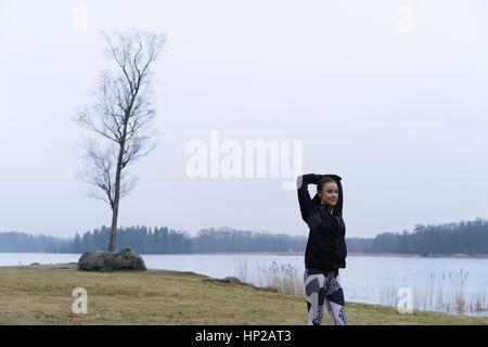 Belle jeune femme de race blanche en plein air paysage d'hiver. Europe Scandinavie Suède. Février journée d'hiver. Banque D'Images
