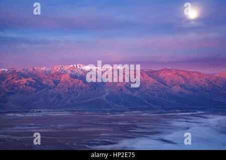 Moon Over Panamint Range et Badwater Basin de Dante's view, Death Valley National Park, California USA