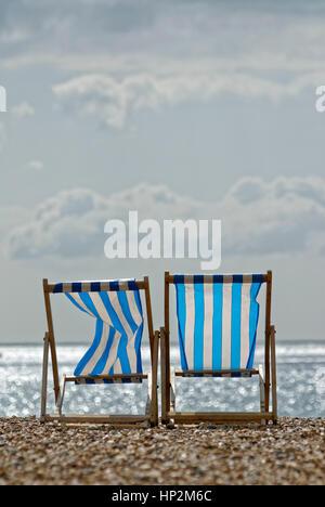 Deux chaises vides sur une plage Banque D'Images