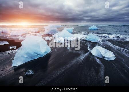 Glacier jökulsárlón lagoon magnifique coucher de soleil sur la plage noire, Banque D'Images