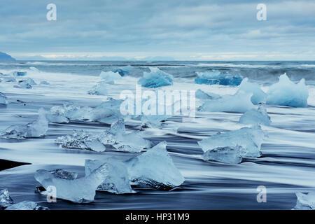 Plage fantastique dans le sud de l'Islande avec black Banque D'Images